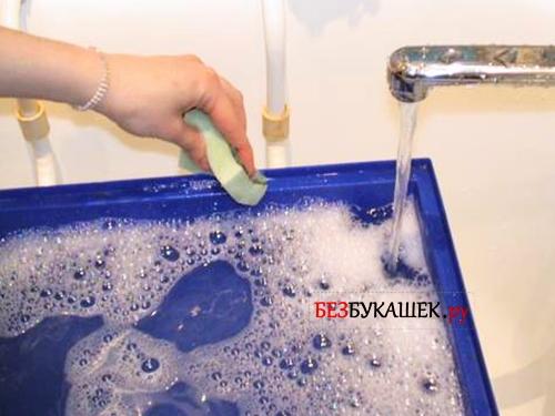 Мытье поддона клетки с мылом