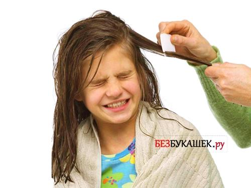 Вычесывание вшей у девочки