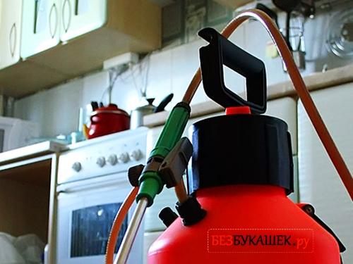 Емкость со специальными растворами для обработки квартиры от тараканов