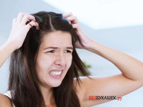 У девушки чешется голова из-за педикулеза